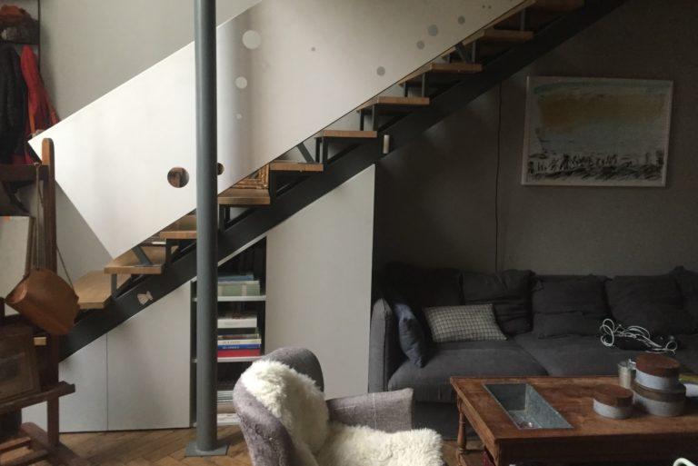 Un meuble sous escalier dans un atelier d'artiste (après peinture)