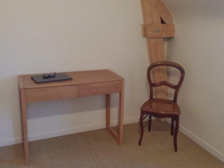 Un petit bureau en chêne, piétement de frêne