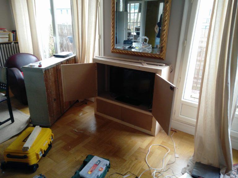 Un meuble TV (avant peinture) qui peut fermer à clé