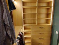 Vue sur étagères et tiroirs
